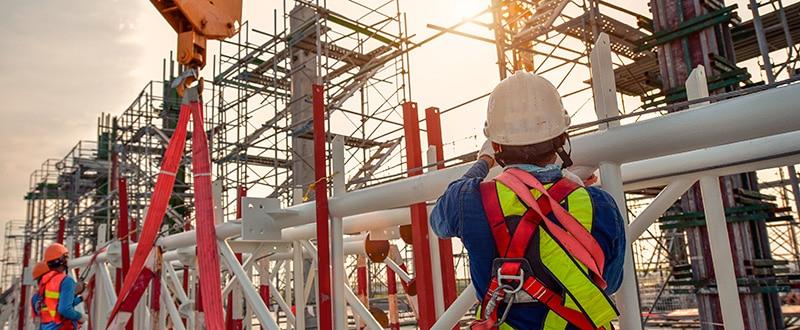 Operarios de construcción provistos de material de seguridad en altura